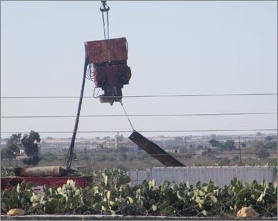 Строительство  заграждения из металлических щитов у города Рафах