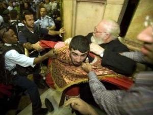 Священнослужители сошлись в рукопашной в храме Рождества