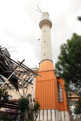 В Турции сильный ветер обрушил верхушку минарета