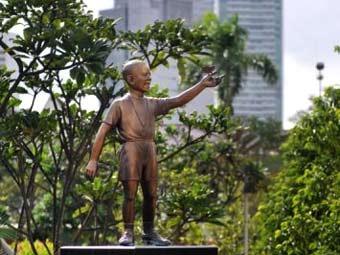 Теперь статую маленького Барака поместят на задворках школы, где он учился в 60-е годы