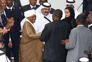 Лидер JEM Халил Ибрахим (в центре справа) и суданский президент Омар аль-Башир (в центре слева) после подписания соглашения о перемирии в Дохе