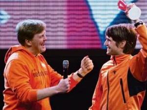 Кронпринц Виллем-Александр (слева) с конькобежцем Марком Туйтертом на Олимпийских играх в Ванкувере
