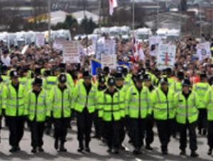 9 человек арестованы во время антимусульманской демонстрации в Англии
