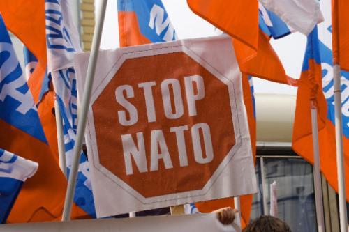 Молодые активисты закидали дымовыми шашками представительство НАТО в Москве