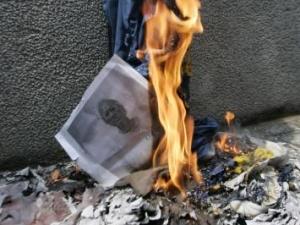 Осквернителя образа пророка Мухаммада пытались сжечь в собственном доме