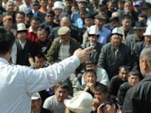 В Киргизии участники беспорядков взяли в заложники губернатора и министра