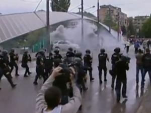 Полиция Косово разогнала албанцев и сербов слезоточивым газом
