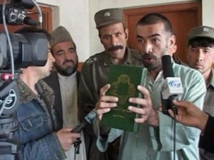 Телерепортаж о том, как западные благотворительные организации пытаются обращать афганцев в христианство
