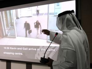 Шеф дубайской полиции Дахи Хальфан Тамим демонстрирует фотографии киллеров, причастных к убийству Мабхуха