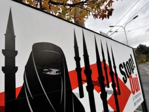 Плакаты ультраправых, призванные мобилизовать улицу против мусульман