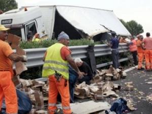 В Италии автомобилисты разграбили опрокинувшийся грузовик с евромелочью