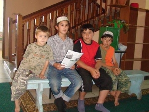 Юные участники мусульманского лагеря в мечети Рамазан