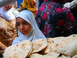 Вслед за запретом экспорта россйского зерна по всему Каиру выстроились длинные очереди за хлебом