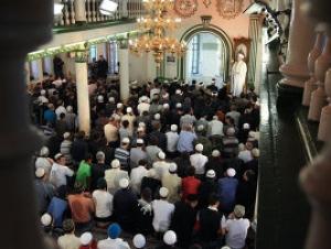 Московские мечети расчитаны на ограниченное число прихожан, остальным же приходится молиться на асфальте в дождь и снег
