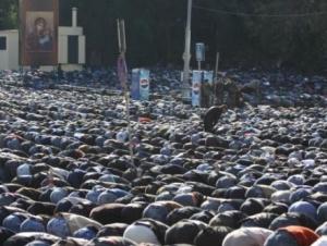 Москва. Мусульмане совершают намаз возле православного храма