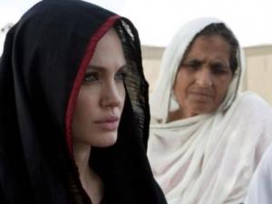 Анджелина Джоли предпочла хиджаб