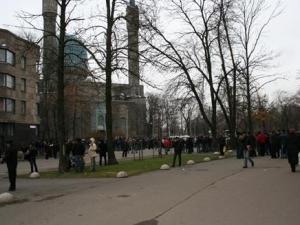 Питерские мусульмане  молились в праздник на асфальте