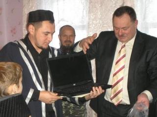 Мусульманам подарили молельный дом, землю и ноутбук