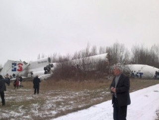 При посадке самолет развалился на части