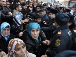 В Азербайджане полиция избила мусульман, протестовавших против запрета хиджаба