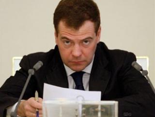 Медведев обещает разобраться с «гадившими» на Манежной площади