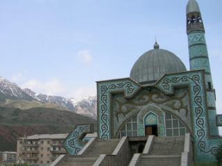 Сейчас в центральной мечети Алай города Ош для молитвы не собирается даже небольшая община узбеков, хотя раньше мечеть была заполнена молящимися