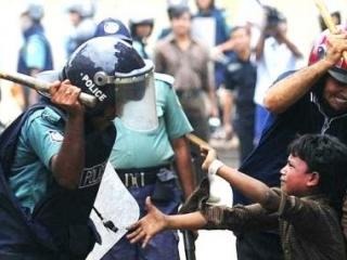 Народные протесты докатились до Бангладеш