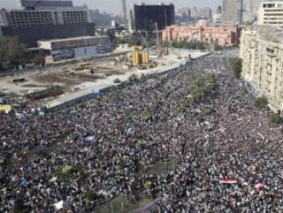 На центральной площади Каира столкновения между про-президентскими силами и демонстрантами