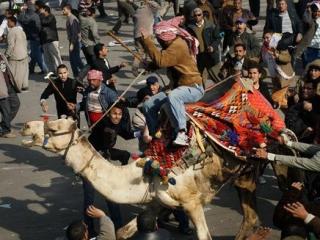 Демонстранты вернули контроль над центральной площадью Каира