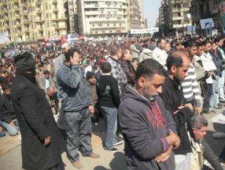 В Египте христиане встали живой стеной вокруг молящихся мусульман