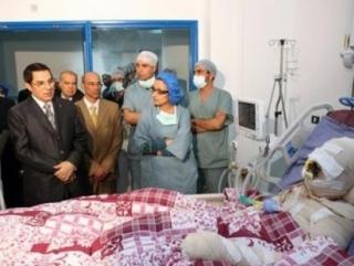 Тунисский диктатор Бен Али у постели умирающего Мухаммада Буазизи