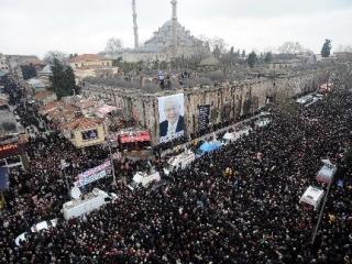 Более миллиона человек пришли проститься с Эрбаканом (ФОТО)