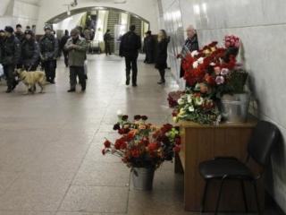 Москвичи несут цветы жертвам взрывов в метро