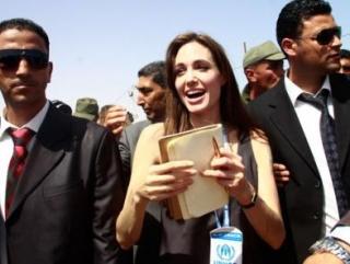 Джоли морально поддержала ливийских беженцев
