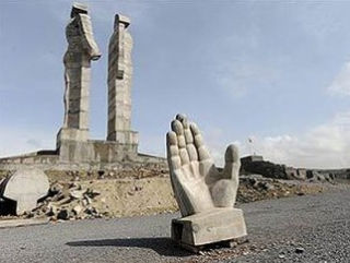 Турки сносят памятник армяно-турецкой дружбе