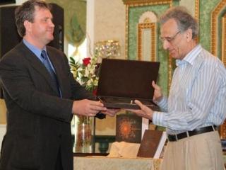 Директор Фонда поддержки исламской культуры, науки и образования награждает автора -Жизни пророка Мухаммада- Тауфика Ибрагима