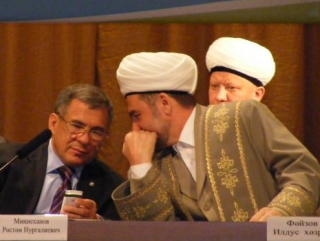 Мусульмане в чалмах предпочли держаться на расстоянии