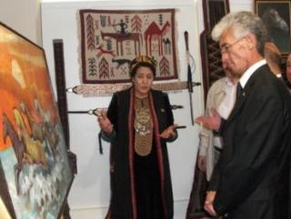 Министр культуры и радиовещания Туркмении Гульмурад Мурадов на выставке