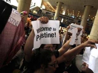 Израиль депортирует из аэропорта задержанных активистов