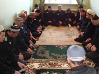 В Костроме продолжают молиться в приспособленном здании