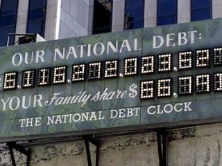 Табло на Манхеттене, показавающее госдолг США и долю каждой американской семьи