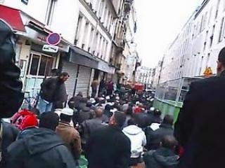 Парижские мусульмане, как и москвичи, вынуждены по пятницам молиться на улице