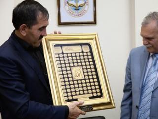 В завершение встречи главе Ингушетии был вручен подарок - картина с 99 именами Всевышнего.