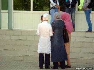 Мусульманок просят снимать хиджаб за воротами