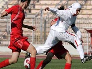 Восходящая американская звезда футбола играет в хиджабе