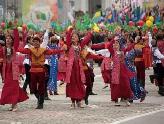 Светловолосым туркменистанцам запретили участвовать в параде