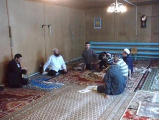 В молитвенном зале сгоревшей мечети Старого Уренгоя