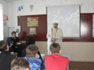 Школьникам рассказали о толерантности имам и священник