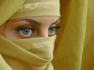 В исламе изначальный смысл сокрытия женского тела, а часто и лица – защита женщины
