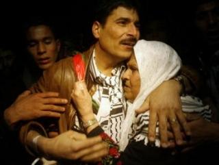 Освобожденный из израильской тюрьмы палестинец был встречен родственниками и близкими на границе сектора Газа